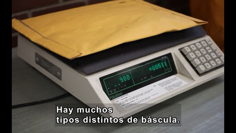 Still image from Weighing Things (Spanish)