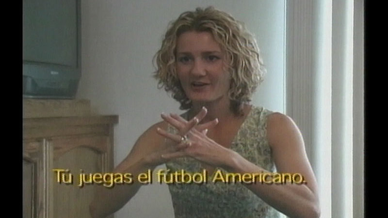 Still image from Family Sign Language: Lessons 8-10 (Spanish)