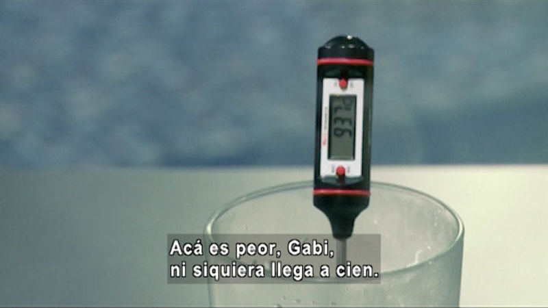 Still image from The House of Science: Boil And Rain Gauge (Spanish)