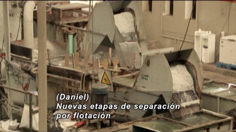 Still image from Everything Changes: Plastics (Spanish)